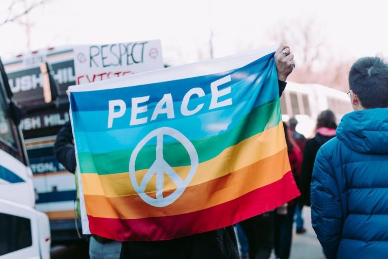 Trotz Konflikten: Nähren Sie Frieden in Ihnen selbst, mit den Menschen um Sie herum, in Ihrer Heimat und auf der Straße.